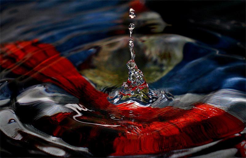 昨天在厨房捕拍水龙头滴水,在水龙头下放了只画有油画的碟子,这几